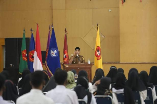 Wakil Wali Kota Solok, Dr. Ramadhani Kirana Putra Memberikan motivasi bagi mahasiswa baru UMMY Solok