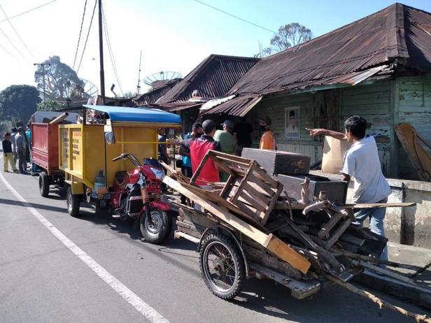 Wako Payakumbuh dan warga setempat goro di rumah Jannah.