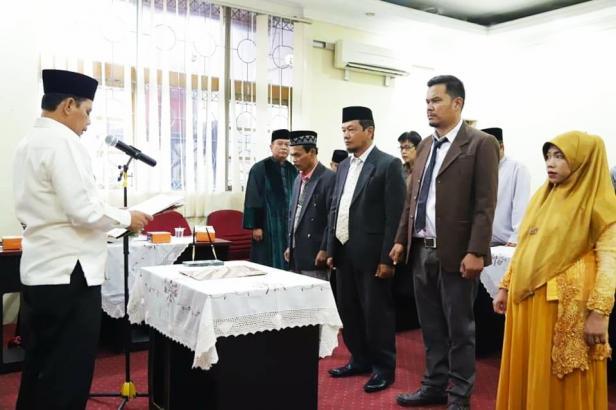 Wawako Solok mengambil sumpah jabatan pejabat dan guru yang dilantik.