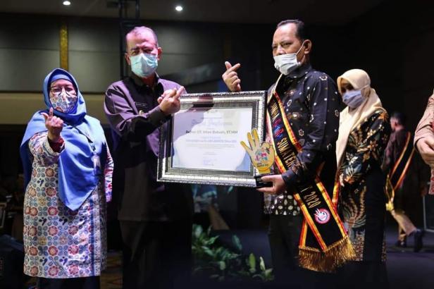 Wawako Solok, Reinier saat menerima piagam penghargaan dari Wagub Sumbar, Nasrul Abit