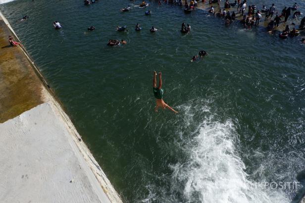 Seorang wisatawan meloncat dari ketinggian empat meter di Bendungan Koto Tuo Padang