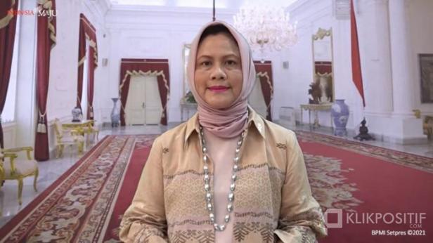 Ibu Negara Iriana Joko Widodo mengenakan pakaian yang didesain oleh desainer ternama Tuty Adib yang terbuat dari Tenun Balai Panjang asal Kota Payakumbuh