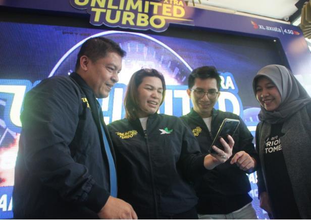 Group Head XL Axiata West Region, Desy Sari Dewi memperlihatkan fitur terbarunya