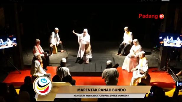 Pentas teater Marentak Tanah Bundo saat launching buku Saudagar Emas Minangkabau