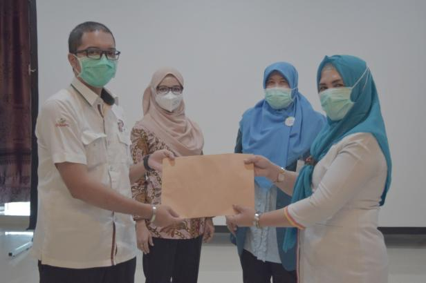 Penyerahan SK karyawan Tetap kepada salah satu pekerja honorer/kontrak di SPH diserahkan oleh Sekretaris Yayasan Semen Padang, Eko Bagus Priyuantoro, Senin, 30 November 2020