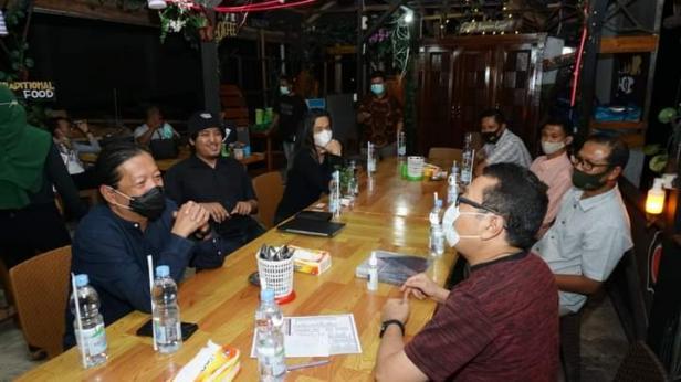 Yori Antar yang dikenal sebagai pendekar arsitektur nusantara kembali mendatangi Kawasan Saribu Rumah Gadang, Nagari Koto Baru, Kab. Solok Selatan pada Rabu, 11/11/20.