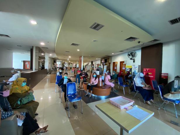 Pengunjung menunggu antrean untuk pelaksanaan vaksin.  Vaksinasi di SPH dan Kantor Lurah Indarung Hingga 16 Oktober Mendatang