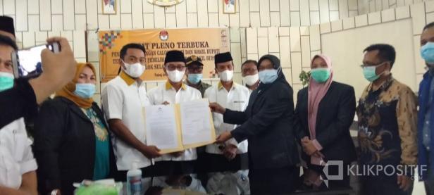 Zigo Rolanda menerima Berita Acara Penetapan Pasangan Bupati dan wakil Bupati Solok Selatan terpilih dari Ketua KPU Solsel Nila Puspita