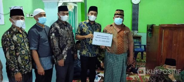 Ketua DPRD Solsel Zigo Rolanda Serahkan Bantuan Kegiatan Pembangunan Masjid Salman Nagari Lubuk Gadang Utara