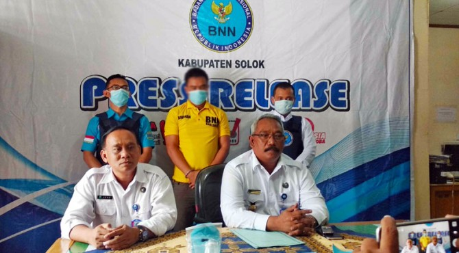 Kepala BNN Kabupaten Solok Azizurrahman bersama Kasi Brantas AKP Joko Sunarno memberikan keterangan terkait penangkapan tersangka pengedar Sabu