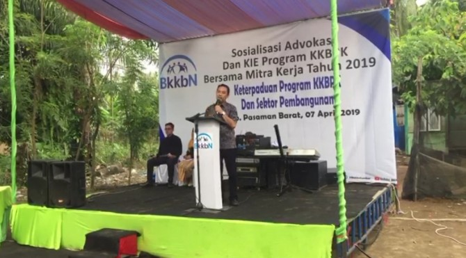 Anggota Komisi IX DPR, Muhammad Iqbal menyampaikan kata sambutan saat menghadiri Sosialisasi Advokasi KIE dan program KKBPK di Air Bangis, Pasaman Barat