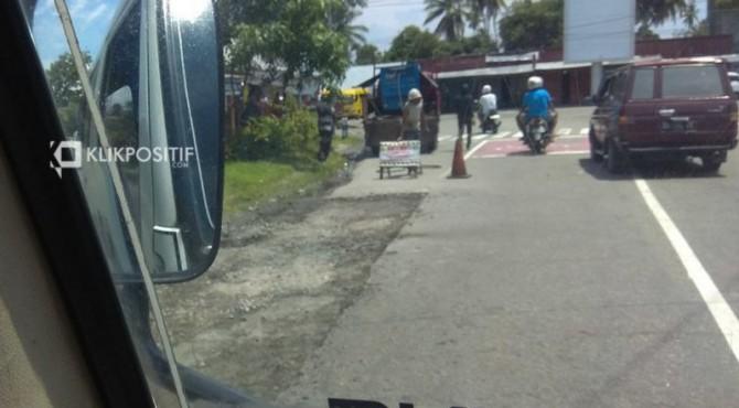 Perbaikan jalan di Padang Pariaman beberapa waktu lalu