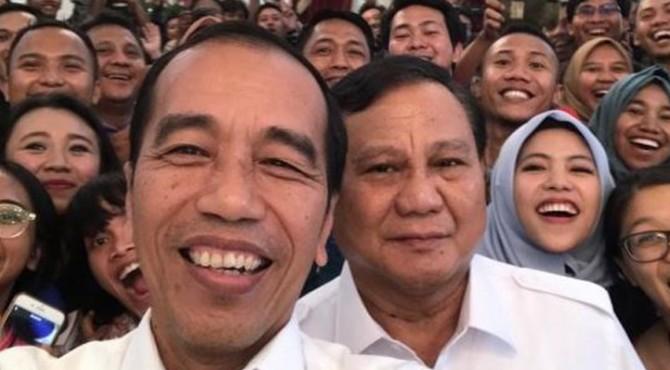 Presiden Joko Widodo (Jokowi) dan Ketua Umum Partai gerindra Prabowo Subianto swafoto dengan wartawan Istana.