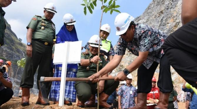Direktur Utama PT Semen Padang, Yosviandri (kanan) bersama Danrem 032 Wirabraja, Brigjen TNI Kunto Arif Wibowo tengah melakukan penanaman batang pohon di kawasan bekas areal tambang batu kapur PT Semen Padang, Jumat (5/7/2019)