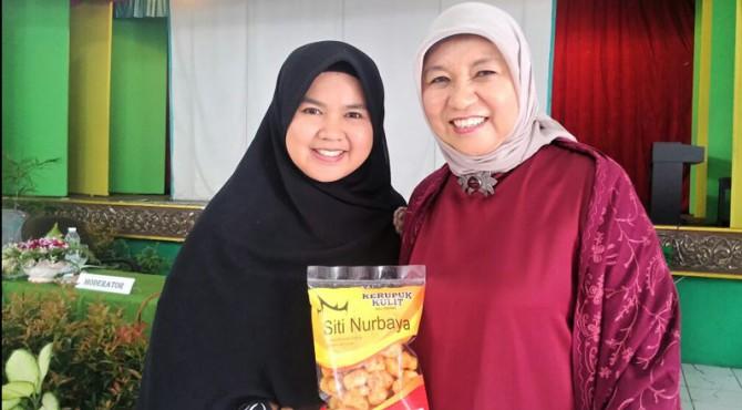 Owner Kerupuk Kulit Siti Nurbaya  Riska Ridhayanti (kiri).