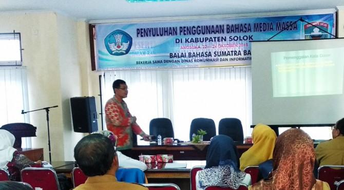 Kepala Balai Bahasa Sumatera Barat, Dwi Sutana berikan penyuluhan.