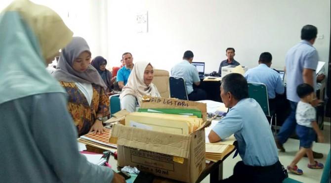 Warga Pasaman saat mendapatkan pelayanan pembuatan paspor sistem jemput bola