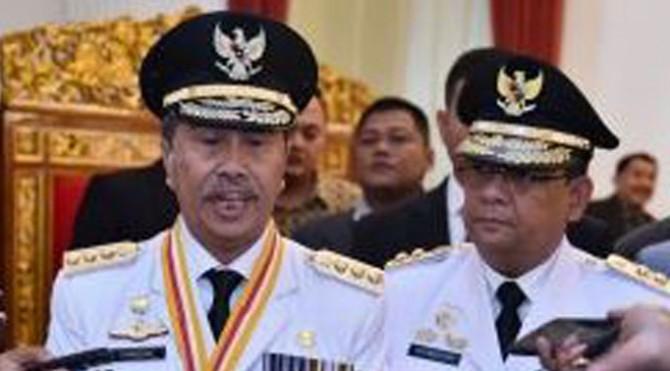 Gubernur Riau Syamsuar didampingi Wagub Edy Nasution menjawab wartawan usai pelantikan dirinya, di Istana Negara, Jakarta, Rabu (20/2) pagi