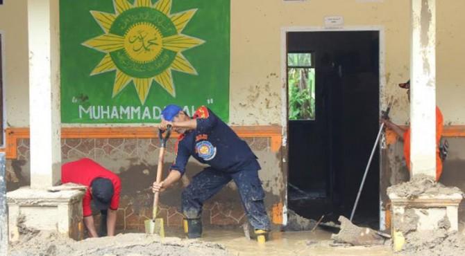 Kondisi MDTA Muhammadiah Galapuang yang tengah dibersihkan pasca banjir bandang yang terjadi di Jorong Galapuang, Nagari Tanjuang Sani, Kecamatan Tanjung Raya, Kabupaten Agam