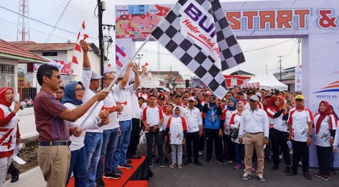 Gubernur Sumbar, Irwan Prayitno saat melepas peserta jalan sehat.