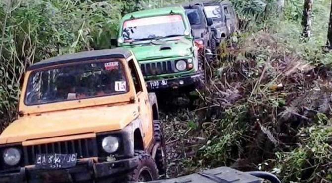 Para anggota JAC Pasbar menjajal rute ekstrem di Pasbar.