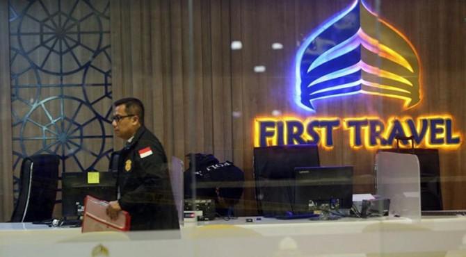 Polisi melakukan penggeledahan di Kantor First Travel di Jakarta.