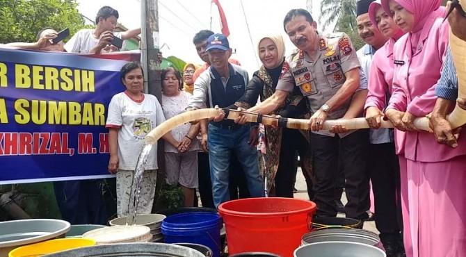 Kepolisian Daerah Sumatera Barat menyalurkan bantuan air bersih kepada warga yang terdampak kekeringan di daerah Kecamatan Lubuk Kilangan Kota Padang
