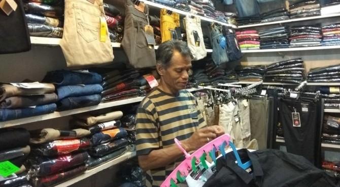 Datuak (60) Penjual Pakaian di Pasar Remaja Sawahlunto, Jumat 17 Mei 2019