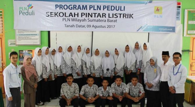 Foto bersama para siswa dengan pelaksana Program Peduli Sekolah Pintar Listrik Wilayah Sumbar.