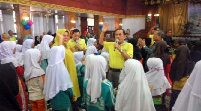 Bupati Sijunjung Yuswir Arifin Saat Bercengkrama Dengan Anak-anak di One Day for Children di Gedung Pertemuan Pancasila Muaro Sijunjung, Kamis 27 Juni 2019
