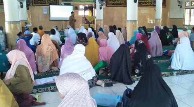 Jamaah asal Pariaman sedang menjalani pelatihan ibadah haji di Pariaman, Senin 8 Juli 2019.