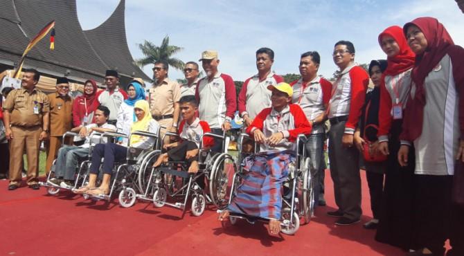 Gubernur Irwan Prayitno, Walikota Padang Mahyeldi Ansharullah serta Kepala Dinas Sosial Sumbar Jumaidi dan Kepala Dinas Sosial Kota Padang, Afriadi dan stakeholder terkait secara simbolis mendorong kursi roda yang diberikan kepada penyandang disabilitas pada peringatan hari disabilitas internasional