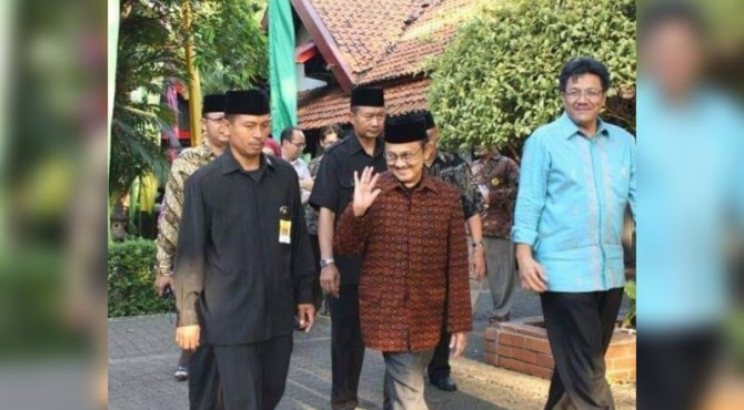 Anggota DPRD Sawahlunto Irland (kiri) Saat Berjalan dengan BJ Habibie