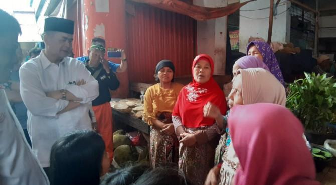 Wagub Sumbar Nasrul Abit sedang mendengarkan keluhan pedagang Pasar Raya Padang