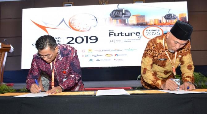 Direktur Politeknik Negeri Padang, Surfa Yondri (kiri) bersama Walikota Padang Mahyeldi Ansharullah (kanan), meneken kesepakatan kerjasama di acara Padang Economic Conference 2019 di Hotel Grand Inna Muara Padang, Kamis 14 Maret 2019.