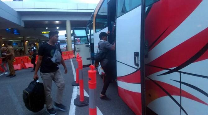 Perantau naik bus menuju kampung halamannya