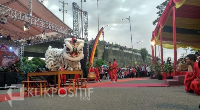 Warga ramai-ramai menyaksikan pertunjukan Barongsai di Festival Bakcang Ayam dan Lamang Baluo di Kota Padang