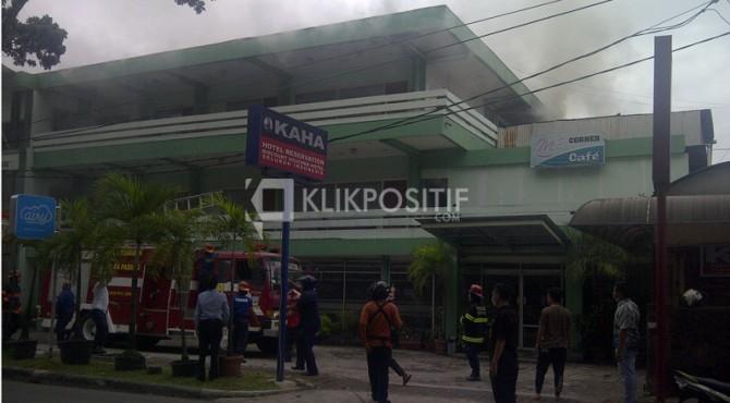 Kepulan asap terlihat di lantai III Hotel Maryani, Rabu (22/6) sore.