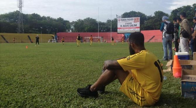 Didier Zakora menjalani latihan perdana di Stadion Agus Salim.