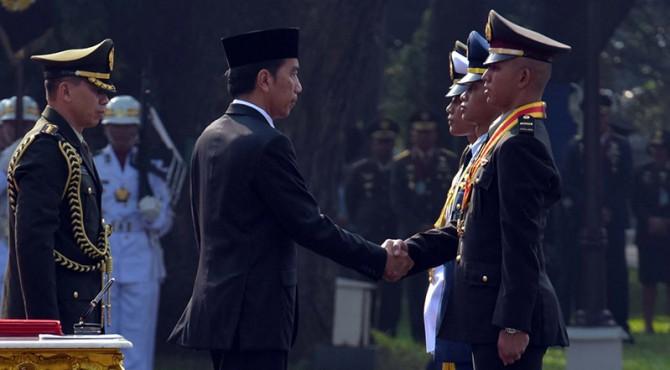 Jokowi Menyalami Taruna Lulusan Terbaik