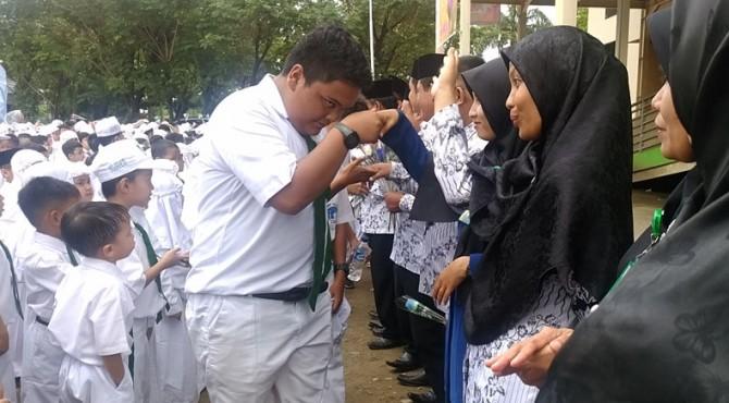 Siswa menyalami guru pada peringatan Hari Guru di SD Al Azhar Padang pada 26 November 2018 yang lalu.