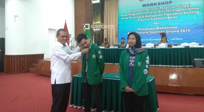 Rektor Universitas Andalas Prof. Tafdil Husni melepas secara simbolis peserta KKN Tematik Stunting Unand 2019