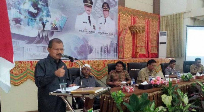 Bupati Padang Pariaman  Ali Mukhni saat menyampaikan sambutan pada acara malam pisah sambut Kapolres Pariaman..