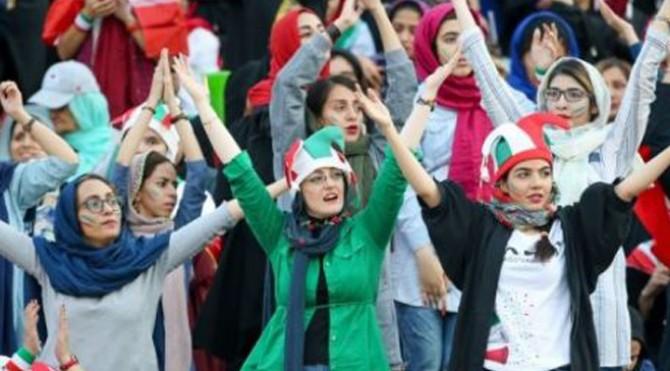 Wanita Iran saat menghadiri pertandingan Iran vs Kamboja.