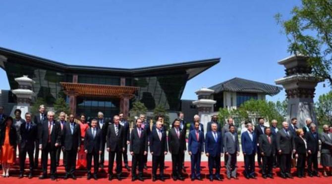 Presiden Jokowi berfoto bersama Kepala Negara/Pemerintahan peserta Belt and Road Forum for International Cooperation di Beijing, RRT, Senin (15/5)