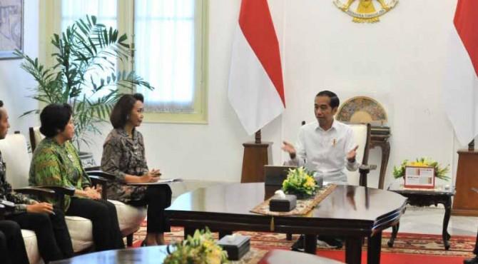 Presiden Jokowi didampingi Mensesneg menerima Pansel calon Pimpinan KPK yang dipimpin Yenti Ganarsih, di Istana Merdeka, Jakarta, Senin (17/6)