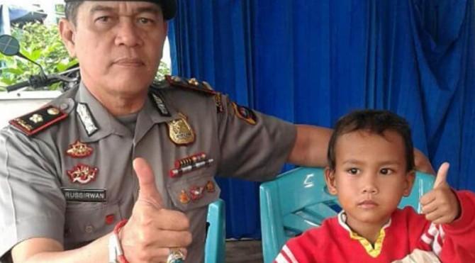 Gilang sewaktu berada di Pospam Payakumbuh yang diantar seorang pengemis pada Kamis (14/07/2016) kemarin.