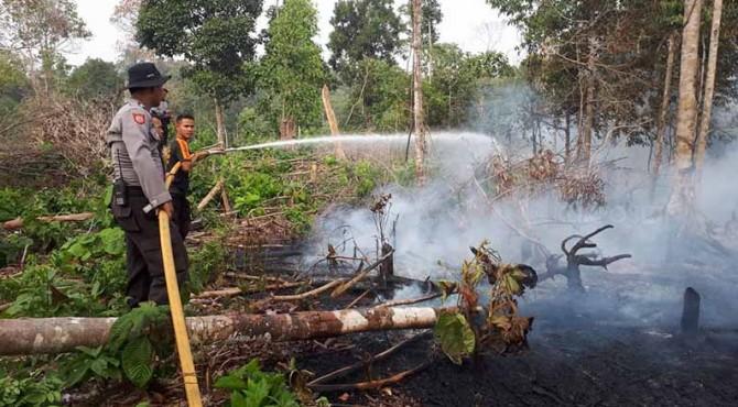 Petugas berusaha menjinakkan api di Kecamatan Sangir Batanghari Solok Selatan Jum'at (13/9).
