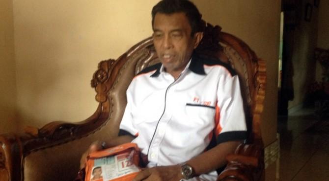 Ramli (62) yang menderita gagal ginjal gagal berangkat ke tanah suci Makkah, memperlihatkan tas haji di kediamannya, Minggu (30/7)