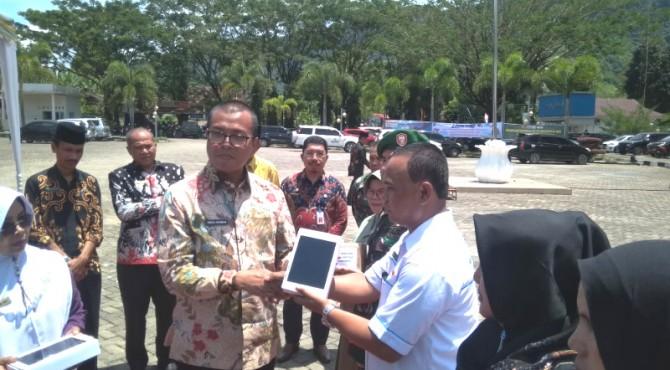 Wakil Bupati Solok Selatan Abdul Rahman menyerahkan Smartphone sebagai penunjang kinerja PL-KB didaerah itu.